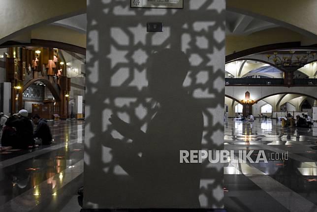 Umat muslim memanjatkan doa saat beritikaf pada sepuluh malam terakhir Ramadhan 1442 H di Masjid Pusdai, Kota Bandung, Senin (3/5) dini hari. Pada 10 hari menjelang berakhirnya bulan Ramadhan, umat muslim melakukan Itikaf untuk meraih malam kemuliaan (Lailatul Qadar) dengan membaca Alquran, Shalat Tahajud dan berzikir.