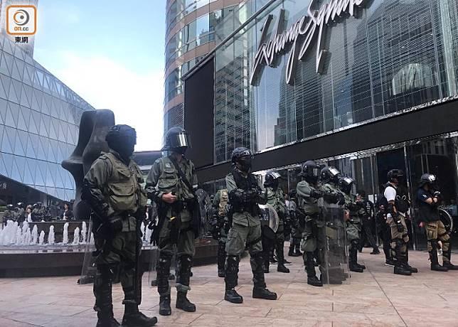 交易廣場天橋外有大批防暴警員戒備。