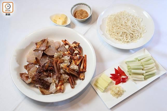 材料包括龍蝦、稻庭烏冬、薑葱及牛油等。(張錦昌攝)