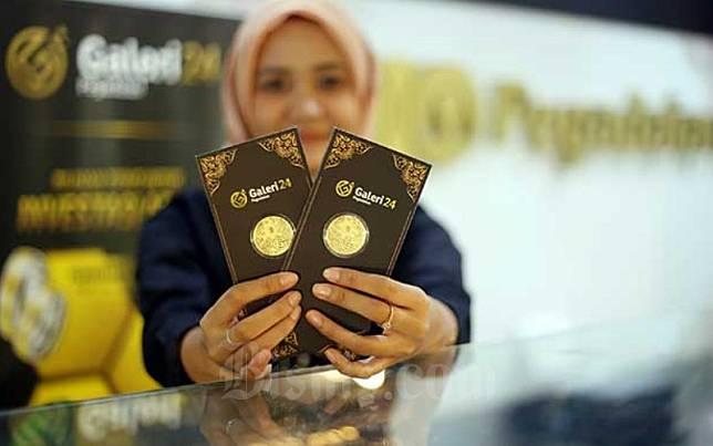 Karyawan menunjukan emas di kantor Pegadian di Jakarta, Senin (17/2/2020). Bisnis/Abdullah Azzam