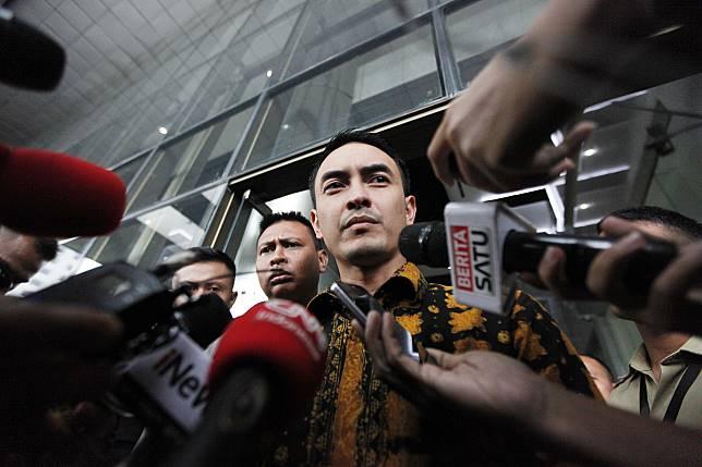 Gubernur Jambi Zumi Zola menjawab pertanyaan wartawan seusai menjalani pemeriksaan di Gedung KPK, Jakarta. Foto: MI/Rommy Pujianto.