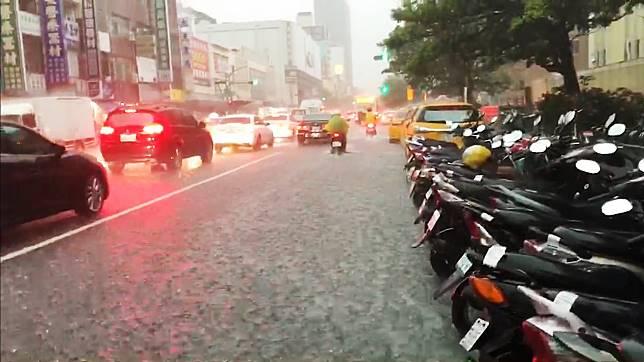 ▲0719豪雨造成高雄部分地区积、淹水,市民遭受财产损失。(图/记者郭俊晖摄)