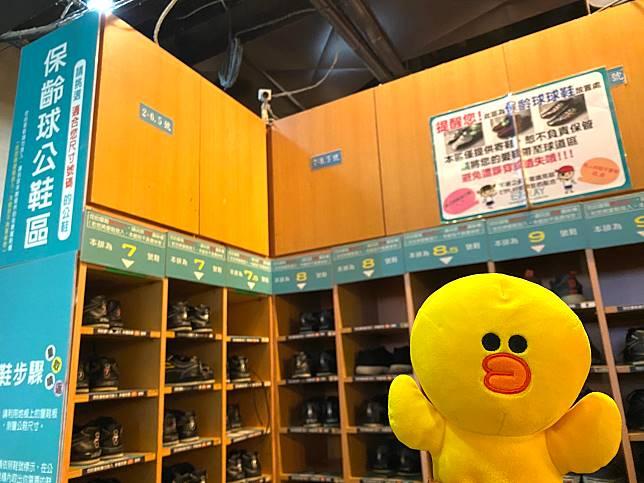 場地免費借出保齡球鞋,自己著去的鞋可先放在儲物櫃。