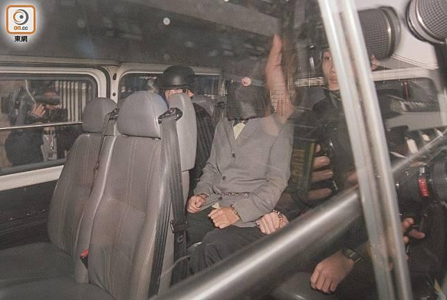 賊王季炳雄當年由警方押走。