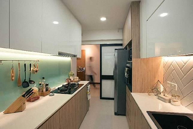 Dapur kecil dengan banyak pencahayaan di RD Residence karya HelloEmryo (Sumber: arsitag.com)