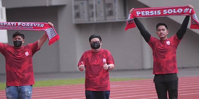 Tiga pengurus baru Persis Solo yang dipimpin Kaesang Pangarep berfoto bersama. (c) SIAPGRAK.COM/Vincentius Atmaja