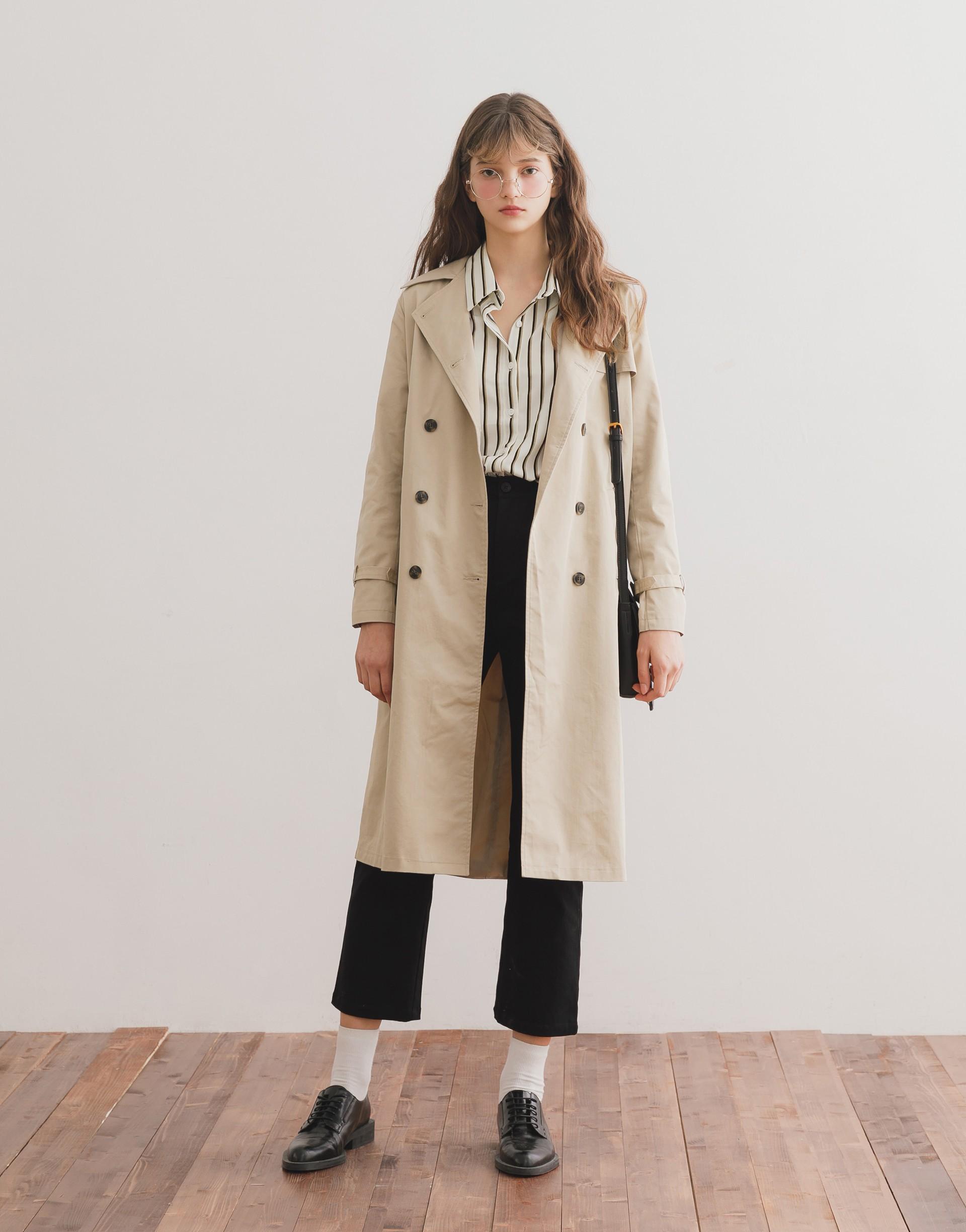 彈性:適中 適合秋天的百搭風衣外套、雙排釦設計、側邊有口袋、附綁帶、側邊有耳仔可以垂墜在後或綁在腰上