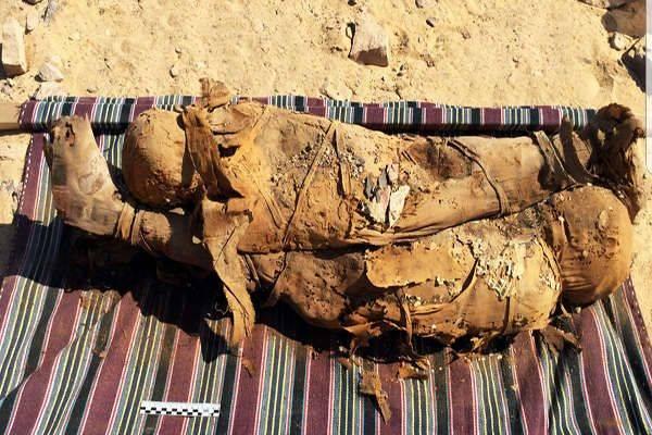 Mumi yang ditemukan di Mesir, diduga milik ibu dan anak yang dimakamkan bersamaan.