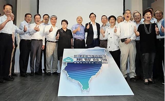 國民黨總統參選人韓國瑜(中左)17日出席「國政顧問團」成立大會,並與總召集人張善政(中右)及各組召集人、出席成員合影。(姚志平攝)