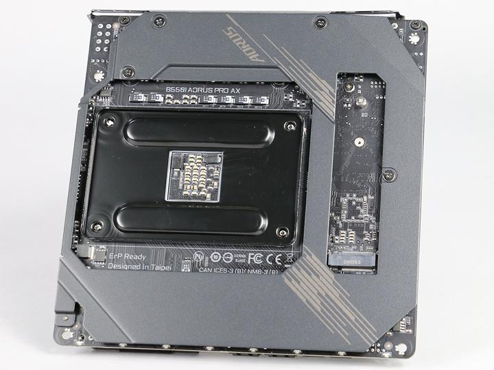 除了正面的散熱設計外,B550I AORUS PRO AX主機板也在主機板背面加裝一塊金屬散熱背板,不僅增加更大的散熱面積,也提供安裝主機板的強固性。