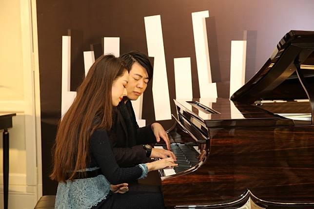 郎朗同太太即興表演鋼琴二重奏。