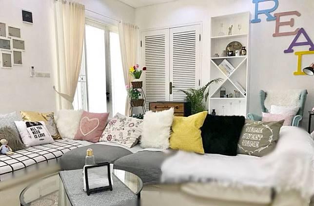 Kombinasi Ruang Menonton Tv Dan Reading Spot Yang Nyaman Di Keluarga Milik Lnvhome