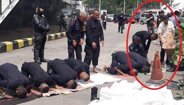 Aksi 22 Mei: Simpatik Lihat Personel Brimob Salat di Aspal Jalan, Warga Diam-diam Letakan Alas untuk Ibadah Petugas