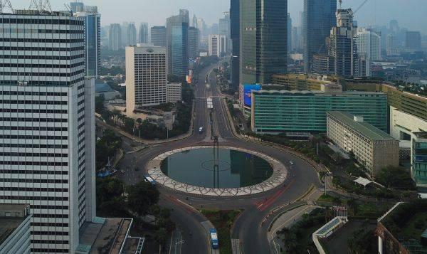 Suasana sepi di kawasan BUndaran HI, Jakarta, Minggu (29/3/2020). Pemprov DKI Jakarta meniadakan car free day selama wabah covid-19.