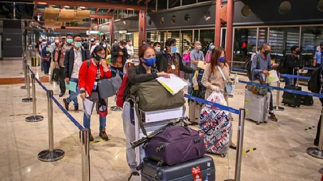 Calon penumpang mengantre sebelum pemberangkatan di Terminal 2 Bandara Soekarno Hatta, Tangerang, Banten, Jumat, 15 Mei 2020. Sebanyak 1486 penumpang berizin dengan 23 penerbangan diterbangkan dari Bandara Soekarno Hatta dengan dokumen syarat terbang dan surat keterangan bebas COVID-19. ANTARA