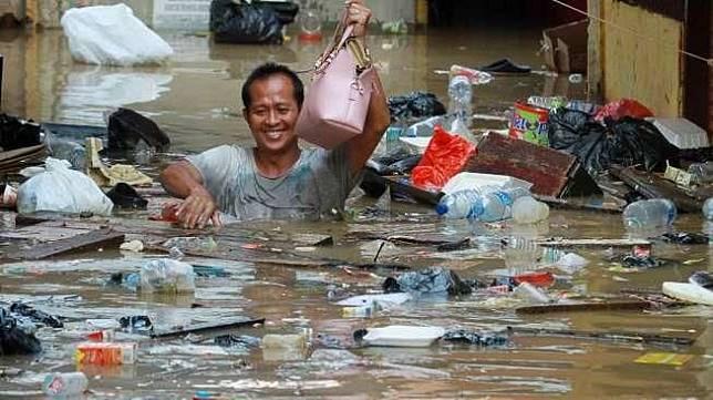 Banjir di Kampung Pulo Jakarta Timur.