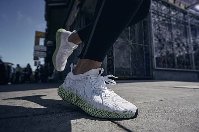 ALPHAEDGE 4D Reflective外底搭載Continental™耐用橡膠,打造極具未來感的高機動性能鞋款。(互聯網)