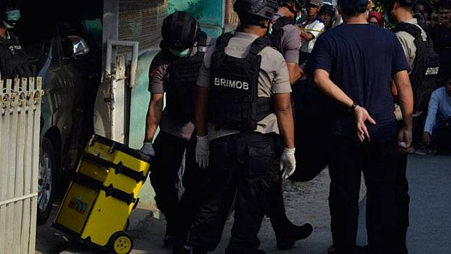 Lampung Police's Brimob personnel brought pieces of evidence following the raid at the house of the parents of a suspected terrorist in Bandar Lampung on Tuesday, October 15, 2019. ANTARA
