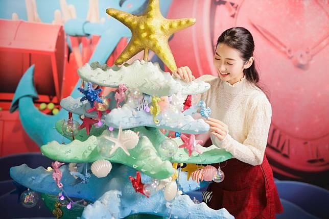 而在商場其他樓層,更有多棵掛滿海馬與海星吊飾的珊瑚造型聖誕樹,讓大小朋友打卡拍照。(互聯網)