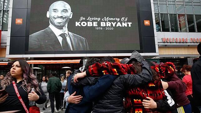 Kesedihan penggemar Lakers saat berada di Staples Center saat mengenang Kobe Bryant yang tewas dalam kecelakaan helikopter, di Los Angeles, California, 26 Januari 2020. REUTERS/Monica Almeida