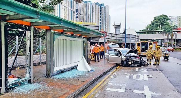 ■教學車失控剷上巴士站掃毀廣告燈箱,車頭掉轉,釀一死六傷。