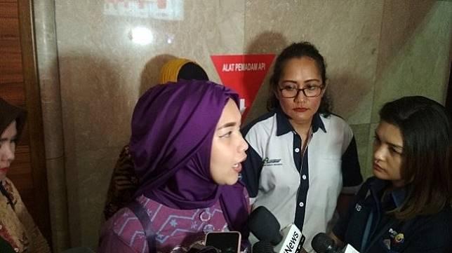 Pramugari senior Garuda Indonesia mengeluhkan jam kerja yang kelewat wajar di Kantor Kementerian BUMN, Senin (9/12/2019). (Suara.com/M Fadhil Djailani)