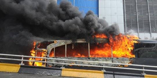 Bus polisi dibakar massa di Slipi. ©2019 Merdeka.com/Arie Basuki