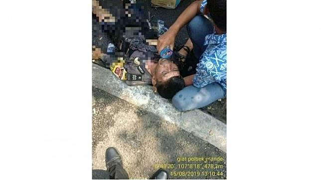 Siswa SMK yang menolong polisi terbakar saat menjada demo di Sukabumi. (Facebook/ Heny Nuraeni)