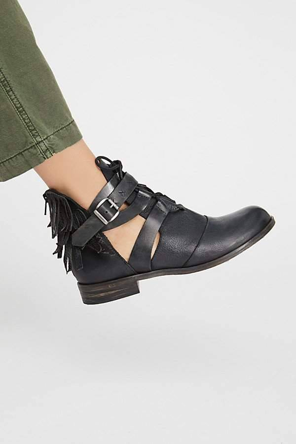 7 Sepatu yang Cocok Dipakai Saat Datang ke Festival Musik 7825a4877f
