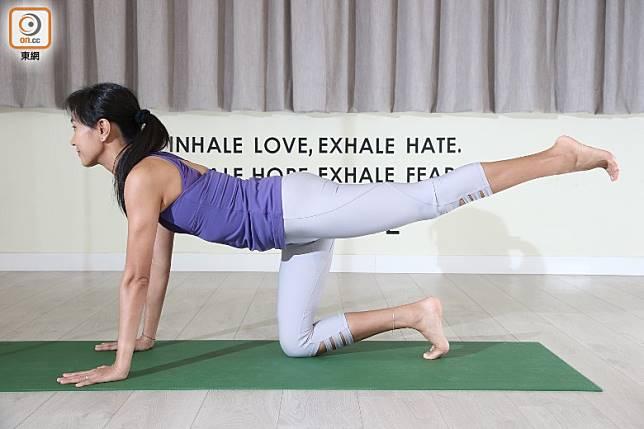 可加入其他動作,吸氣將左腳撐後,腳趾釘落地下,盡量伸直膝頭,大腿用力。(張錦昌攝)