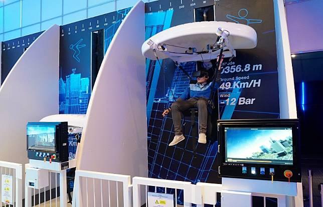 1樓大堂剛於7月設有額外收費的VR機動遊戲SkyRides,讓大家一嘗虛擬跳傘的滋味。(單身旅子攝)