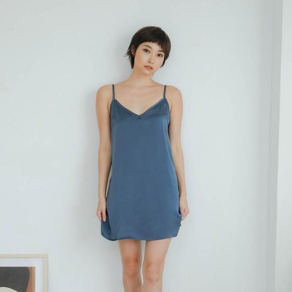 Bree Dress 絲柔連身短裙 [灰藍]絲綢感布料的小洋裝超柔軟奢華的觸感可休閒, 可性感, 隨性搭上一件西裝外套或毛衣立刻有型 率性 俐落不拘也可以當小露性感的居家服模特身高166cm / 48