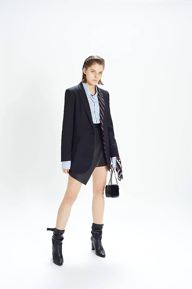 西裝外套搭配迷你裙和短靴簡單有型。(互聯網)