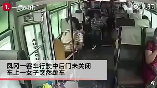行駛中的公車後門卻沒有關。圖/翻攝自沸點視頻