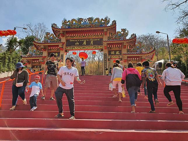 เริ่มแล้วเทศกาลขึ้นเขาวงพระจันทร์นมัสการรอยพระพุทธบาท