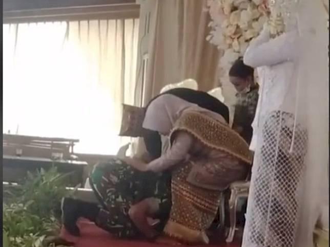 Viral Anggota TNI Nangis saat Hadir di Pernikahan Mantan, Cium Kaki Ibu Mempelai Wanita