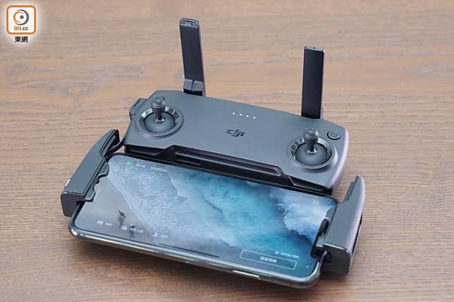 遙控器用上摺疊式設計,下方可夾實智能手機,配合《DJI Fly》App操控。(方偉堅攝)