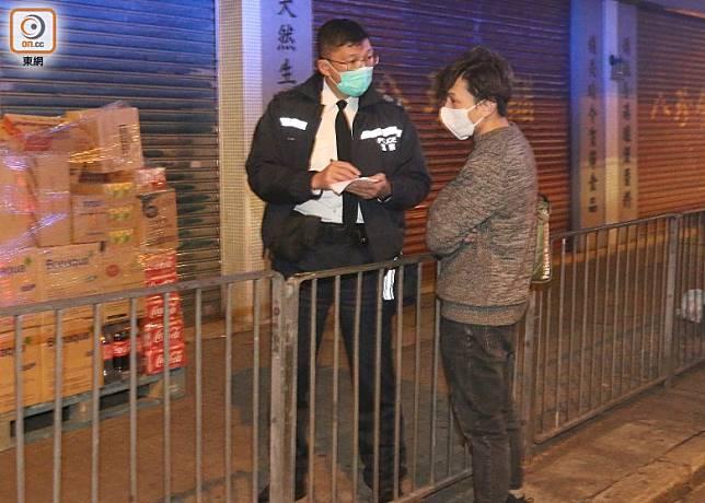 遇劫工人向警方講述案情。(吳建明攝)