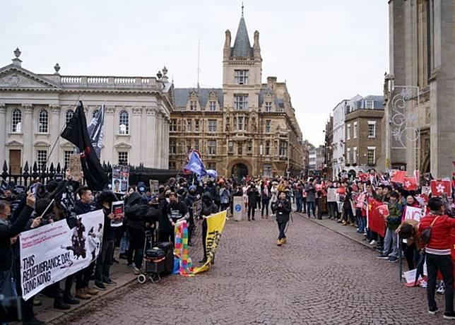 有人到劍橋大學外遊行高喊口號。(互聯網)