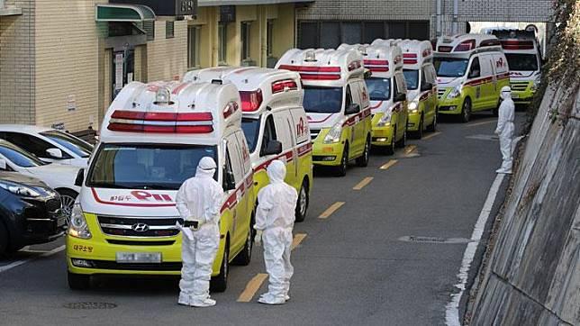 Puluhan mobil ambulans dipersiapkan untuk membawa pasien terinfeksi virus corona atau COVID-19 di rumah sakit di Daegu, Korea Selatan, 23 Februari 2020.    Otoritas Korsel masih menyelidiki penyebab meluasnya wabah virus corona. Yonhap via REUTERS