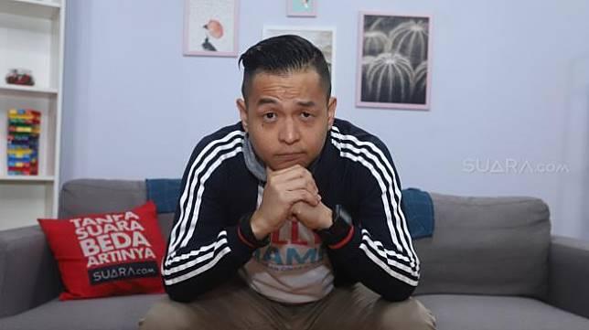 Artis Ernest Prakasa berpose saat berkunung di kantor Redaksi Suara.com, Jakarta, Kamis (29/11). [Suara.com/Muhaimin A Untung]