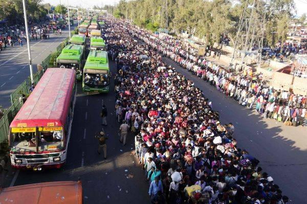 Warga India memadati terminal bus Anand Vihar untuk pulang kampung setelah diberlakukan lockdown.