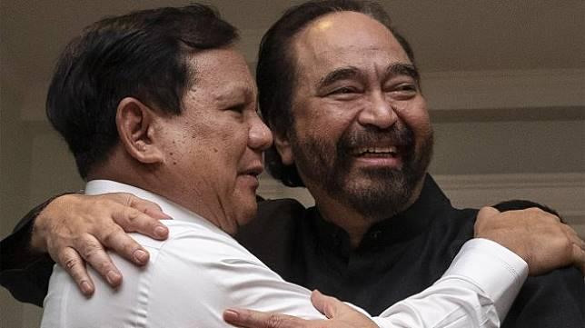 Ketua Umum Partai NasDem Surya Paloh (kanan) memeluk Ketua Umum Partai Gerindra Prabowo Subianto (kiri) usai melakukan pertemuan di kawasan Permata Hijau, Jakarta, Minggu (13/10). [ANTARA FOTO/Dhemas Reviyanto]