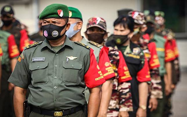 Personel gabungan TNI, Polri dan Organisasi Masyarakat mengikuti apel Gelar Pasukan Pembantu Penegakan Protokol Kesehatan COVID-19 Berbasis Komunitas (Ormas) di JIExpo Kemayoran, Jakarta, Senin (14/9/2020). Gelar pasukan tersebut untuk mengawasi pelaksanaan protokol kesehatan COVID-19 selama pelaksanaan PSBB Total di DKI Jakarta. ANTARA FOTO/Rivan Awal Lingga