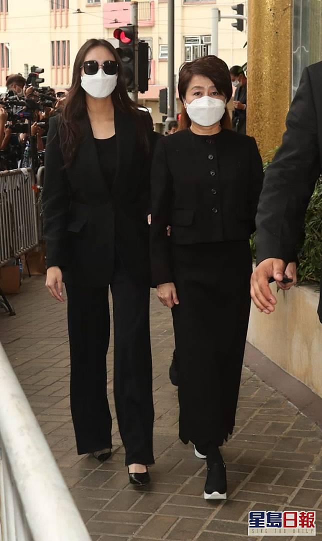 細女超欣扶着四太梁安琪步出殯儀館。