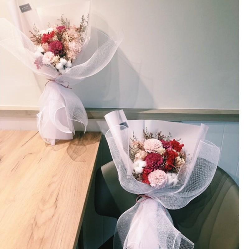 「甜甜的,如妳」乾燥花束/永生花花束這是款由乾燥花與永生花搭配而成的花束,甜甜的配色,粉色紅色為主要的設計,呈現出夢幻的氛圍,營造出種放鬆舒服的感覺。 「尺寸」高度:約50公分(含包裝紙)花徑:約22
