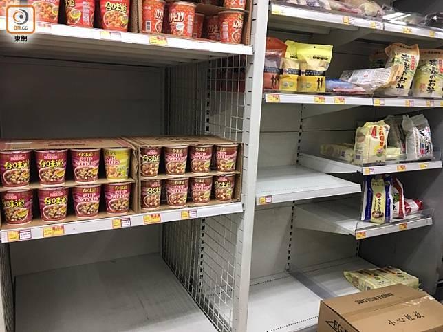 有超市在米架上放置杯麵。(區慧盈攝)