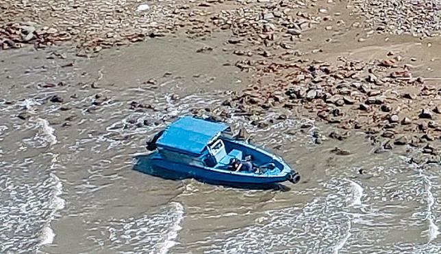 ■機動舢舨擱淺石灘,失蹤事主昏迷船上。