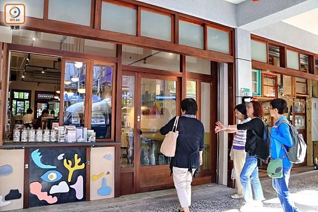 要進餐廳,先要穿過前面的鹹花生咖啡館。(李家俊攝)