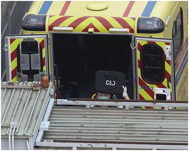 邵家臻戴上口罩由救護車送院。